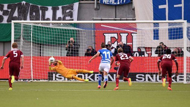 Brankář Sparty Praha David Bičík pokutový kop stopera Zwolle Van der Werffa.