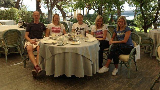 České tenistky s kapitánem Petrem Pálou po snídani v hotelu v Palermu, kde fedcupová reprezentace sehraje semifinále proti Itálii.