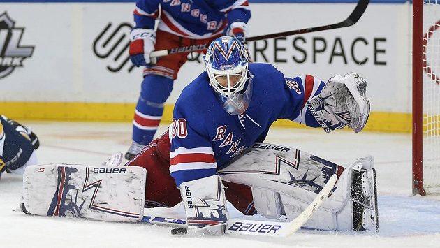 Brankář New York Rangers Henrik Lundqvist při jednom ze svých zákroků v utkání NHL proti Buffalu.