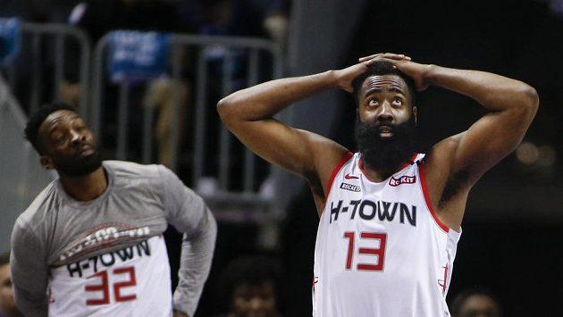 Basketbalová hvězda Houstonu James Harden (13) v zápase NBA proti Charlotte.