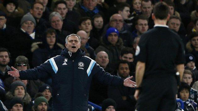 Manažer Chelsea José Mourinho protestuje proti verdiktu rozhodčího.