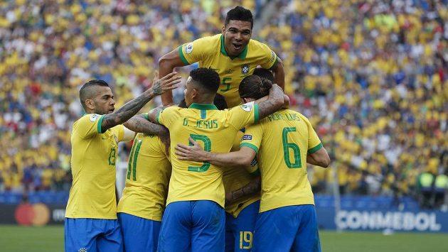 Brazilec Casemiro (hanoře) slaví se spoluhráči gól v síti Peru.