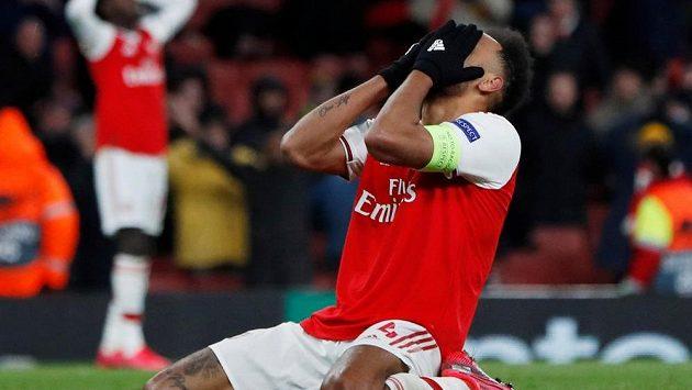 Útočník Arsenalu Pierre-Emerick Aubameyang lituje zahozené šance v odvetě s Olympiakosem.