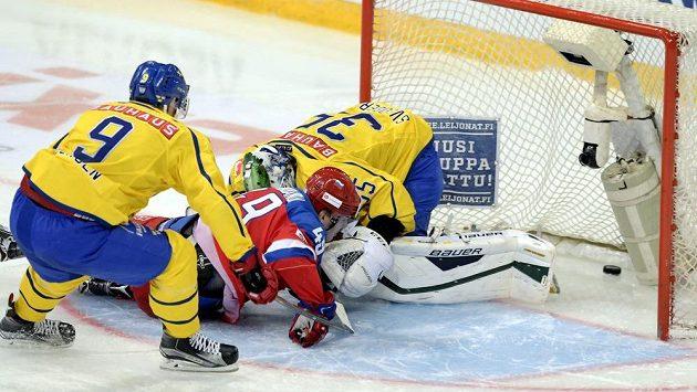 Niclas Andersén (vlevo) přispěchal brankáři Niklasi Svedbergovi na pomoc pozdě, gólu ruského útočníka Alexandra Barabanova (uprostřed) nezabránili.