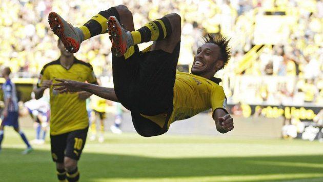 Útočník Borussie Dortmund Pierre-Emerick Aubameyang slaví gól proti Hertě.