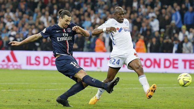 Zlatan Ibrahimovic z PSG pálí na branku Marseille, jeho střelu se snaží zablokovat Rod Fanni.