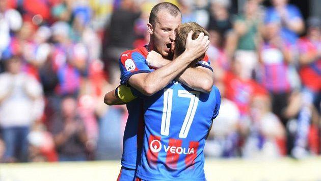 Zleva Michael Krmenčík z Viktorie Plzeň slaví druhý gól Patrika Hrošovského.