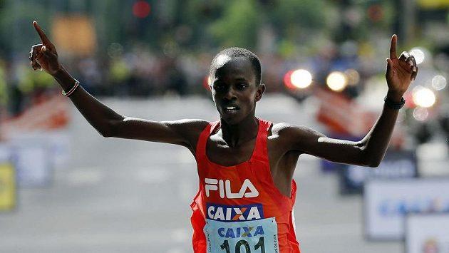 Keňan Edwin Kipsang v cíli závodu v Sao Paulu