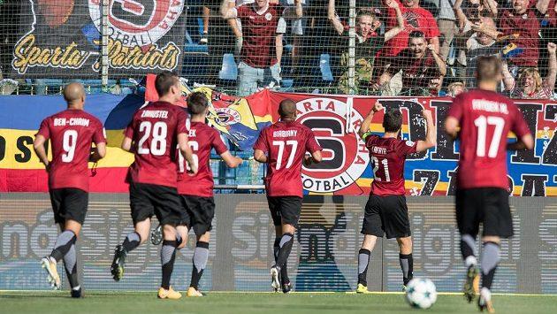 Ondřej Zahustel (číslo 28) oslavuje se spoluhráči Lafatův gól v Mladé Boleslavi.