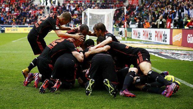 Fotbalisté Hamburku se radují z gólu proti Mohuči.