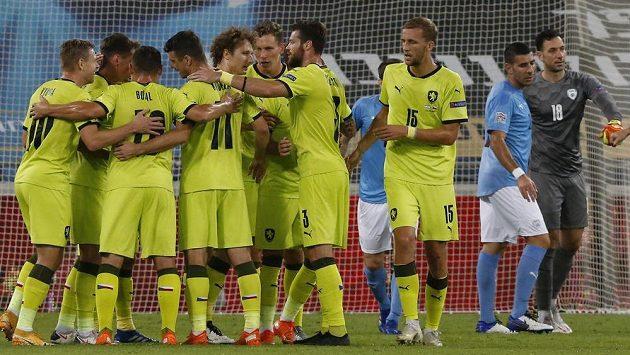 Radost českých fotbalistů po úvodním gólu v duelu Ligy národů s Izraelem.