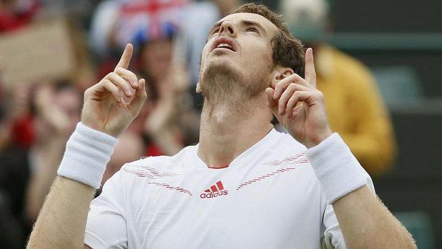 Britský tenista Andy Murray oslavuje postup do čtvrtfinále Wimbledonu