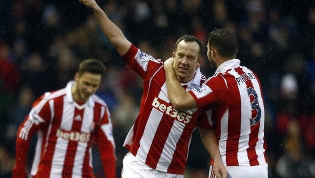Charlie Adam ze Stoke (uprostřed) se raduje se spoluhráčem Erikem Pietersem z gólu v utkání proti Manchesteru United.