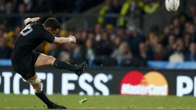 Kopáč Daniel Carter byl i ve finále MS proti Austrálii nejúčinnější zbraní All Blacks.