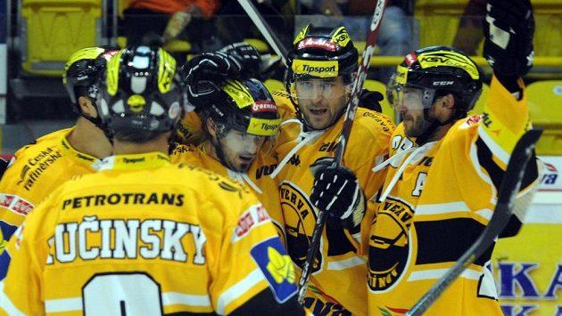 Radost litvínovských hokejistů z úvodní branky zápasu proti Zlínu, jejímž autorem byl útočník František Lukeš (třetí zprava).