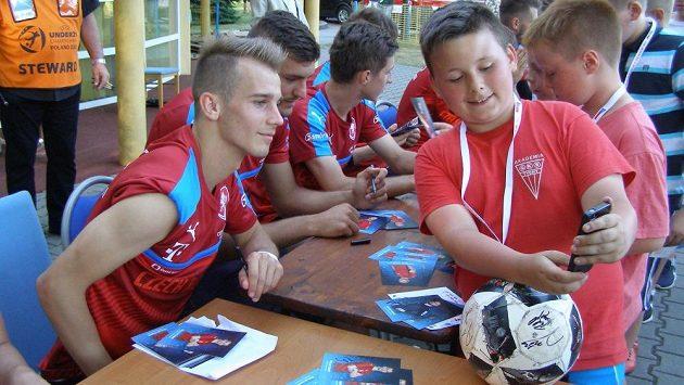 Záložník Václav Černý během autogramiády po čtvrtečním tréninku české fotbalové reprezentace do 21 let v polských Tychách.