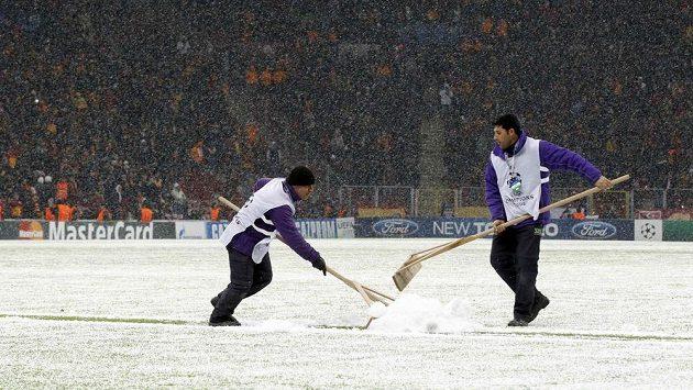 Odklízení sněhu nestačilo, zápas mezi Galatasarayem a Juventusem byl ukončený.