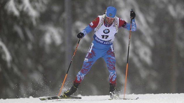 Rus Alexandr Loginov si v Oberhofu jede pro premiérový triumf v závodu Světového poháru.