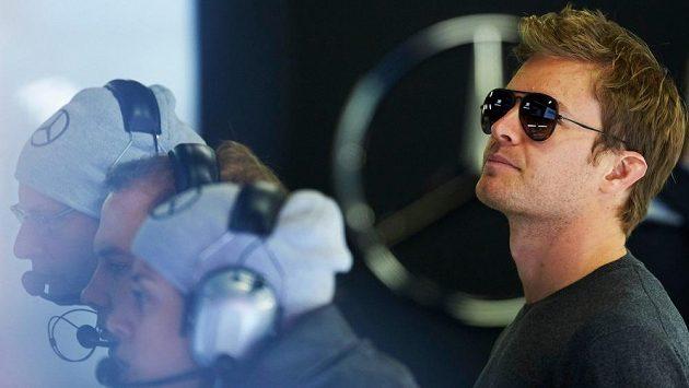 Nico Rosberg sleduje předsezónní testy v Barceloně.