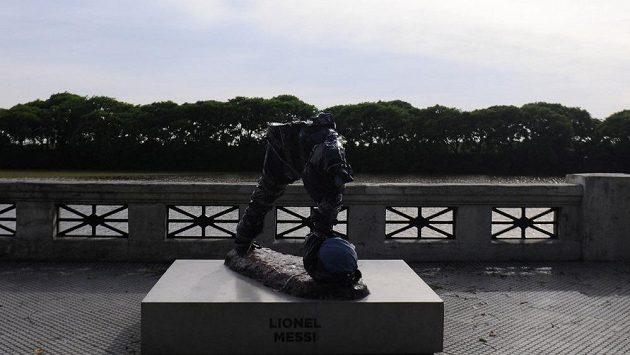 Vandalové? Socha argentinského fotbalisty Lionela Messiho v parku Costanera Sur v Buenos Aires byla opět uničena.