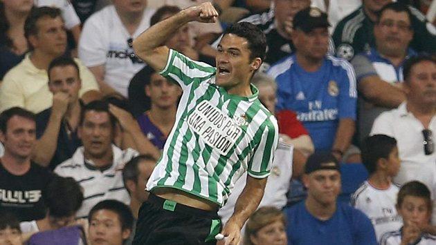 Jorge Molina z Betisu Sevilla oslavuje gól proti Realu Madrid.