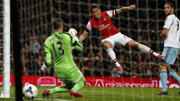 Olivier Giroud (uprostřed) z Arsenalu střílí gól v ligové dohrávce proti West Hamu.