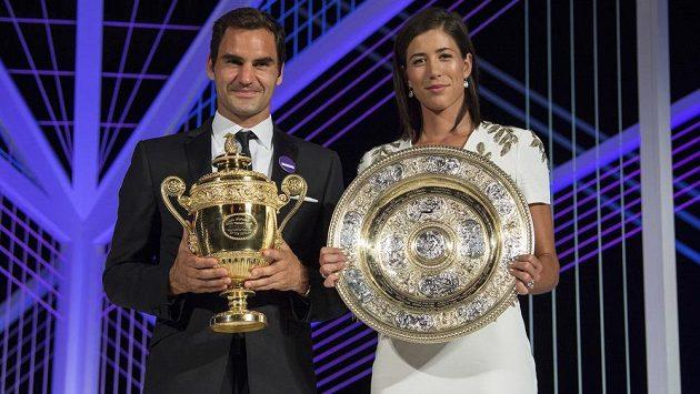 Šampióni Wimbledonu Roger Federer (vlevo) a Garbině Muguruzaová na večírku šampiónů - ilustrační foto.