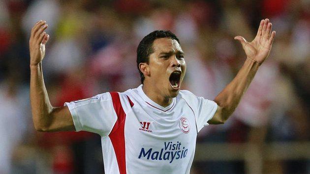 Kolumbijský útočník Carlos Bacca ze Sevilly se raduje z gólu v utkání proti Villarrealu.