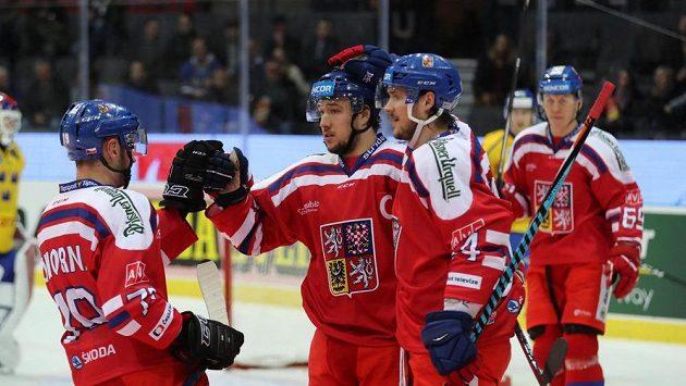 Jan Kovář přijímá gratulace za vstřelení prvního gólu na Švédských hrách proti domácímu týmu.