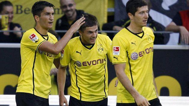 Hráči Borussie Dortmund zleva Nuri Sahin, Jonas Hofmann a Robert Lewandowski slaví gól do sítě Eintrachtu Braunschweig.
