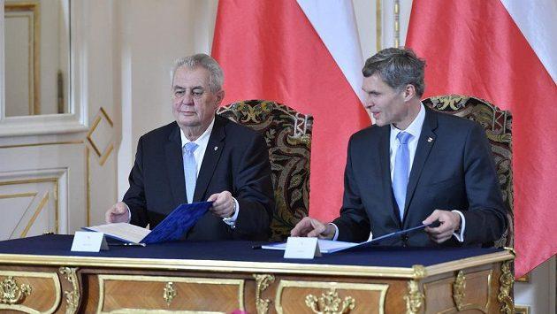 Prezident České republiky Miloš Zeman (vlevo) a předseda ČOV Jiří Kejval podepsali na Pražském hradě přihlášku na zimní hry v Pchjongčchangu 2018.