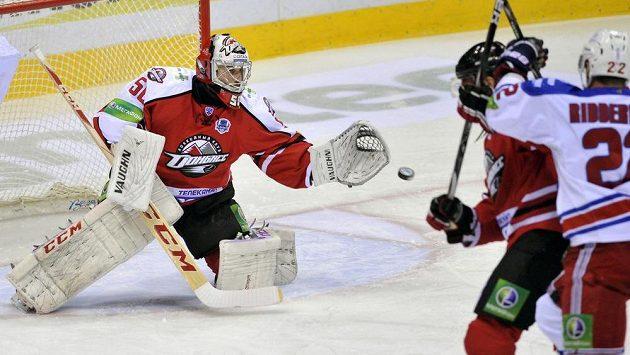 Zleva brankář Doněcku Ján Laco, obránce Andrej Koněv a útočník Lva Calle Ridderwal ve čtvrtém čtvrtfinále play off KHL.