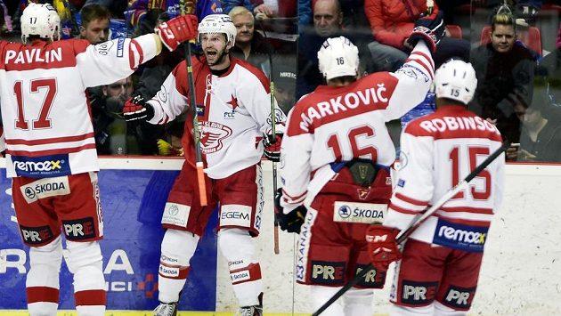 Slávistický útočník János Vas (druhý zleva) se raduje se spoluhráči z gólu proti Českým Budějovicím - ilustrační foto.