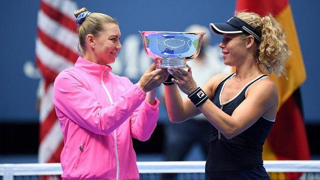 Věra Zvonarevová (vlevo) a Laura Siegemundová s trofejí pro vítězky deblu na US Open.