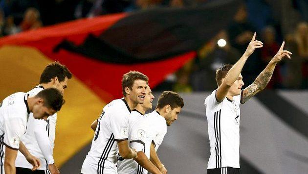 Němec Toni Kroos (vpravo) se se spoluhráči raduje po gólu proti českému týmu.