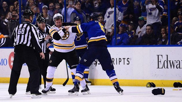 Útočník Boston Bruins David Backes (42) se pere s obráncem St. Louis Blues Joelem Edmundsonem (6).