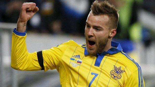 Andrij Jarmolenko se raduje z gólu, který vstřelil v utkání baráže Slovinsku.