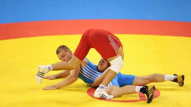 Český zápasník Marek Švec (v modrém) v souboji s Kazachem Assetem Mambetovem na olympijských hrách v Pekingu.