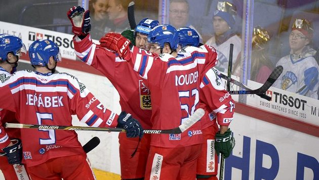Čeští hokejisté Jakub Jeřábek (5) a Milan Doudera se radují z gólu proti Rusku.