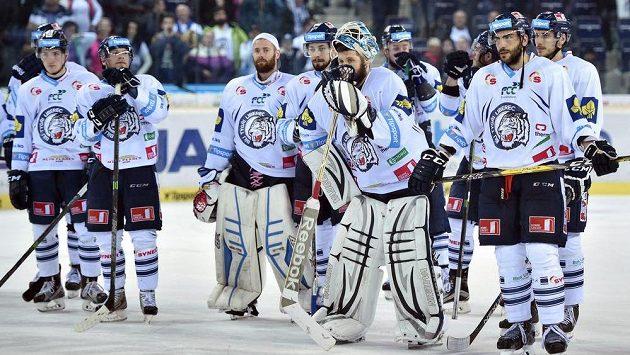 Zklamaní hokejisté Liberce po úvodní finálové porážce od Sparty.