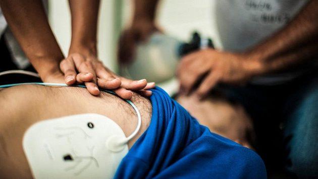 Pouze včasný zákrok lékaře a defibrilátor zachránili účastnici maratonu život. (ilustrační foto)