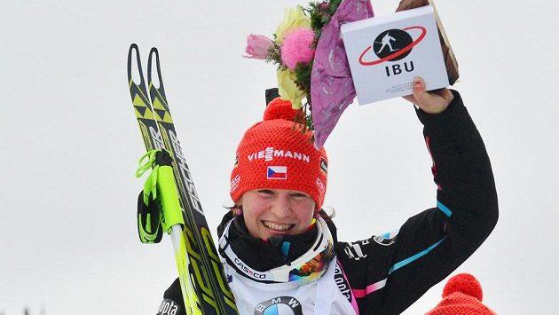Po triumfu v závodu Světového poháru v Oberhofu se Veronika Vítková ocitla na ramenou kolegů z reprezentace.