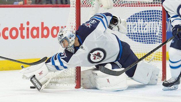 Ondřej Pavelec zasahuje v utkání NHL proti Ottawě.