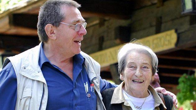Bývalý zápasník a olympionik Karel Engel doprovází atletickou legendu Danu Zátopkovou, která 15. září 2007 zavítala do Valašského skanzenu v Rožnově pod Radhoštěm na Novojičínsku. Účastník olympijských her v Mnichově 1972 Engel zemřel ve věku 78 let.