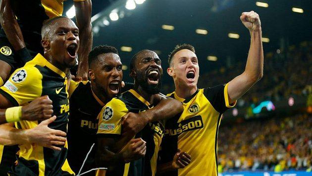 Fotbalisté Young Boys Bern se radují v Lize mistrů z gólu proti Manchesteru United.