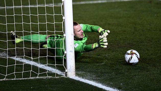 Brankář Barcelony Marc-Andre ter Stegen chytá penaltu v rozstřelu během semifnále španělského Superpoháru.