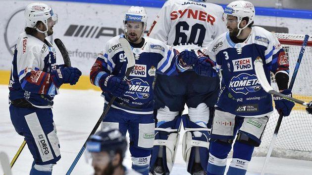 Brněnská hokejová radost. Zleva Martin Zaťovič, Petr Holík a Peter Schneider oslavují vstřelenou branku.