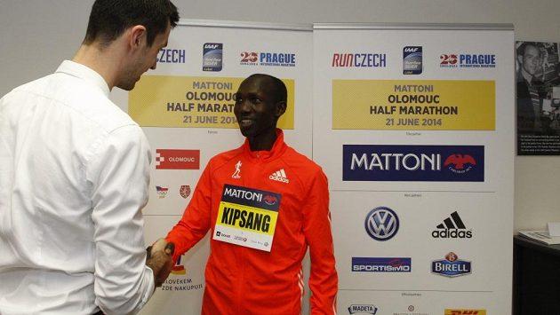 Nejrychlejší maratónec historie Keňan Wilson Kipsang (vpravo) si brousí zuby na triumf na poloviční trati v Olomouci.