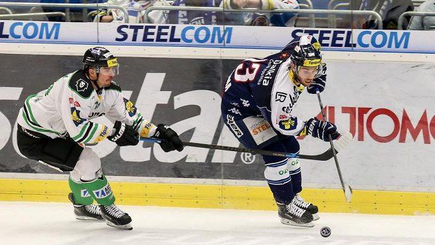 Milan Mikulík z Mladé Boleslavi (vlevo) stíhá vítkovického Vladimíra Svačinu.