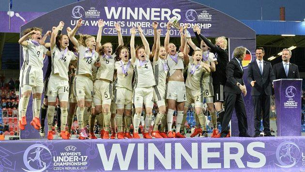 Radost německých fotbalistek po triumfu na Mistrovství Evropy hráček do 17 let.